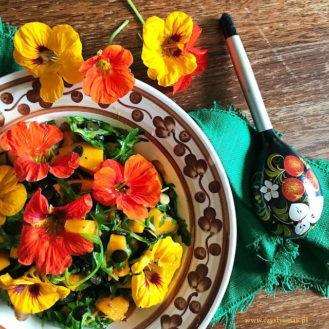 Lekko pikantna sałatka z dynią  i kwiatami nasturcji
