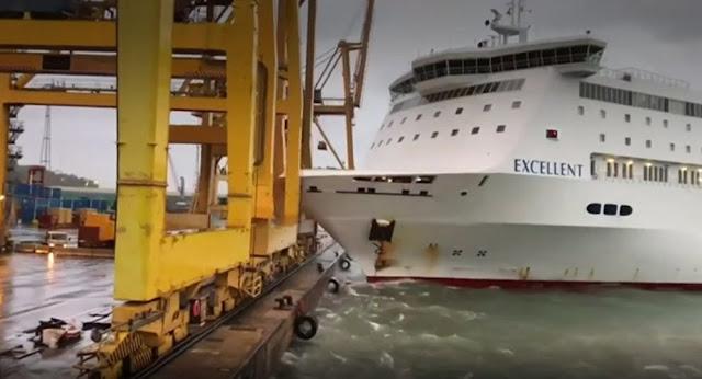 Απίστευτες σκηνές με πλοίο να πέφτει πάνω σε γερανό στο λιμάνι (βίντεο)