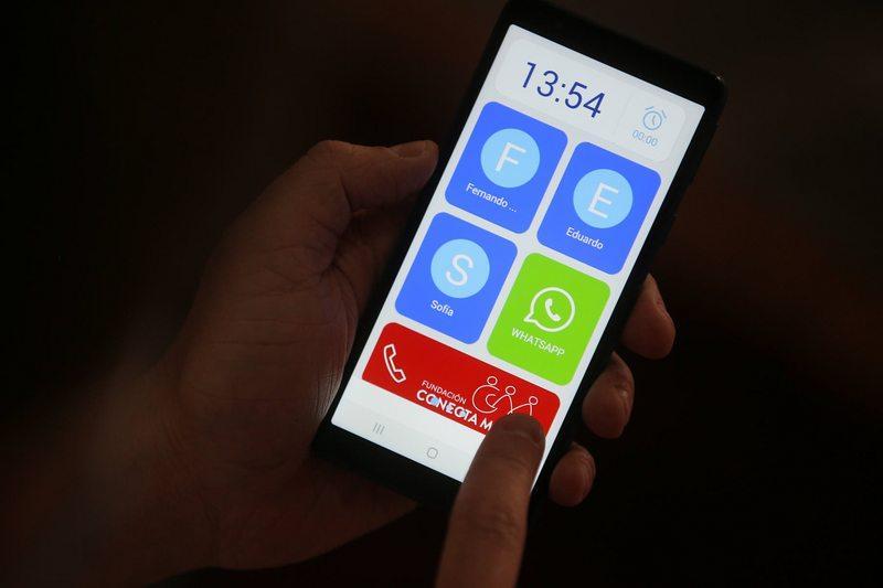 Así es el smartphone que ya están recibiendo 80.000 adultos mayores