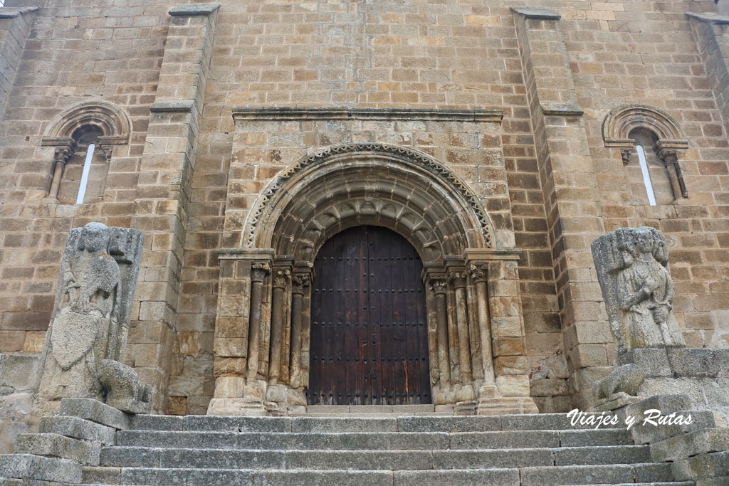 Portada de la iglesia Santa María de Almocóvar de Alcántara