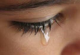 wanita meneteskan air mata