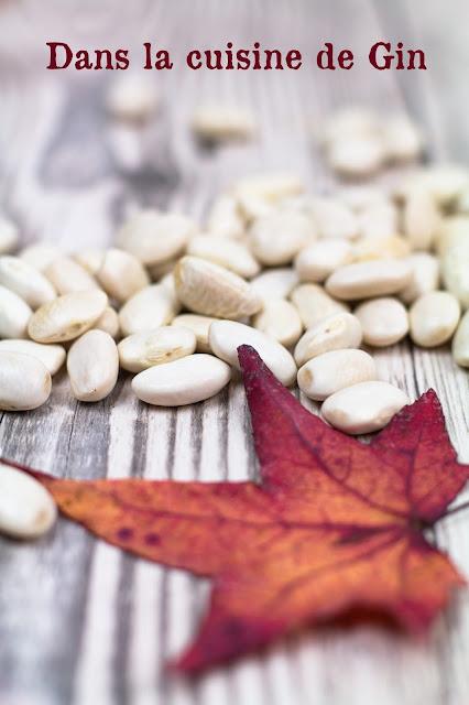 tas de haricots blancs secs et feuille d'automne