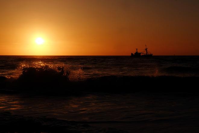 Geburtstag, Meer, Minza will Sommer, Ein Tag am Meer, Ausflug ans Meer, Bett mit Meerblick, Nordseestrand, Nordsee, Niederlande, Holland, Sonnenuntergang, Wellen, Schiff, Horizont, Abendstimmung