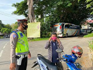 Personil Satlantas Polres Enrekang Berikan Masker Secara Gratis Ke Pengendara