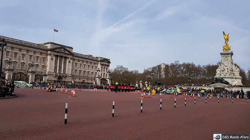 Guardas saem do Palácio de St. James e seguem para Buckingham - Troca da guarda em Londres