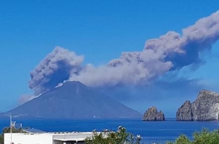Ιταλία : Ισχυρή έκρηξη του ηφαιστείου Στρόμπολι πριν από λίγο