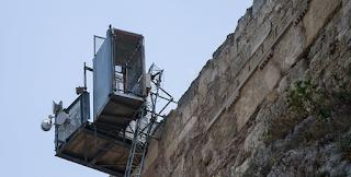 Ντροπή: Χαλασμένο το αναβατόριο για ΑμΕΑ στην Ακρόπολη- Σήκωσαν στα χέρια μαθητή για να φτάσει στον Ιερό Βράχο
