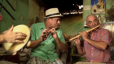 O músico Carlos Malta (à esquerda) toca pífano em Caruaru, Pernambuco - Divulgação