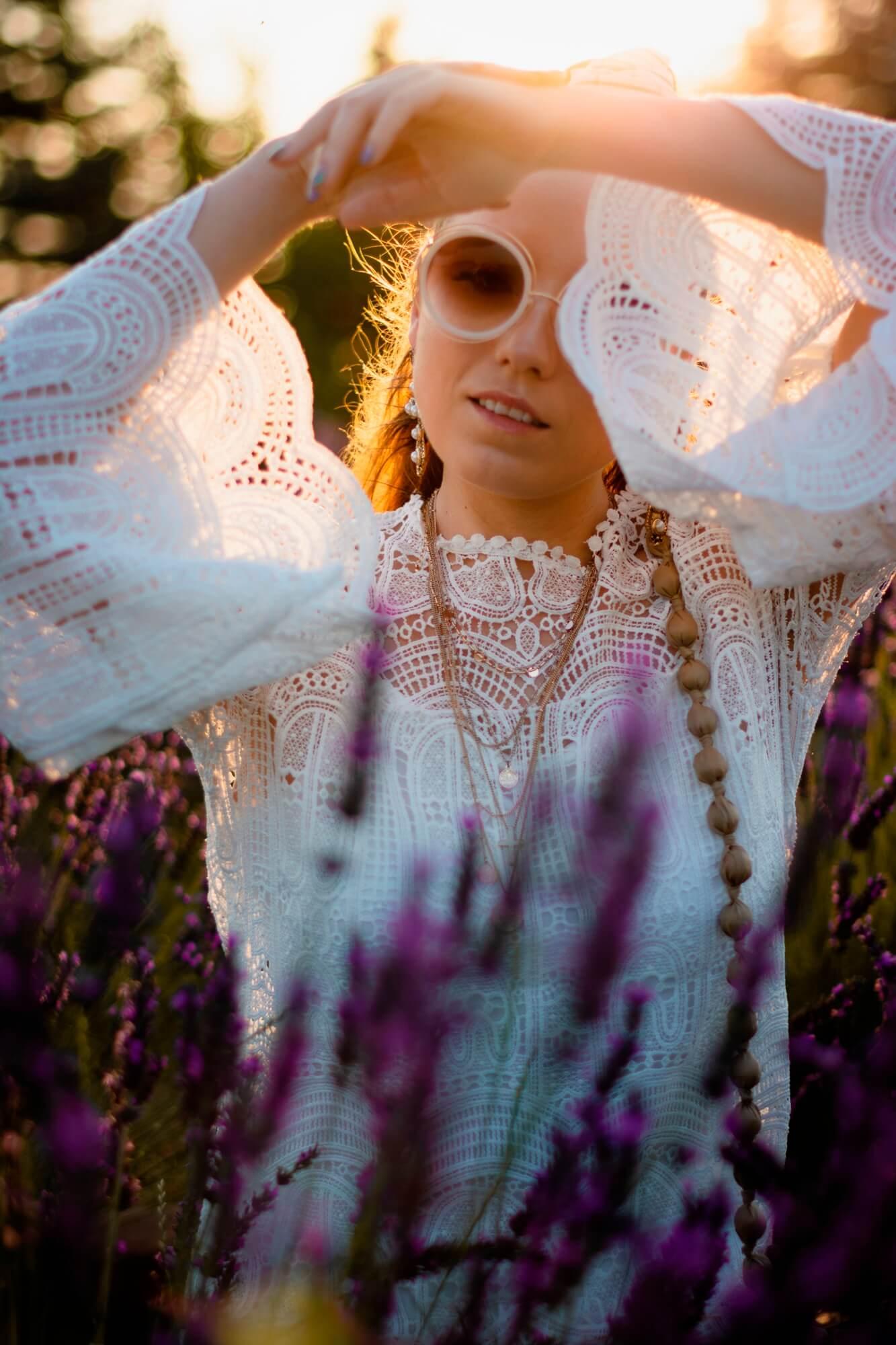 blog modowy blogerka modowa karyn puławy biała sukienka boho koronka klapki z kokardą renee torebka pleciona koszyk sesja na polu lawendy stylizacja look boho okrągłe okulary sukienka koronkowa z bufiastymi rękawami weronika nitek la lawenda