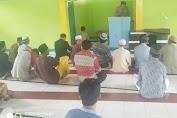 Sholat Berjamaah Dengan Warga, Petugas Polsek Curio Sempatkan Beri Himbauan