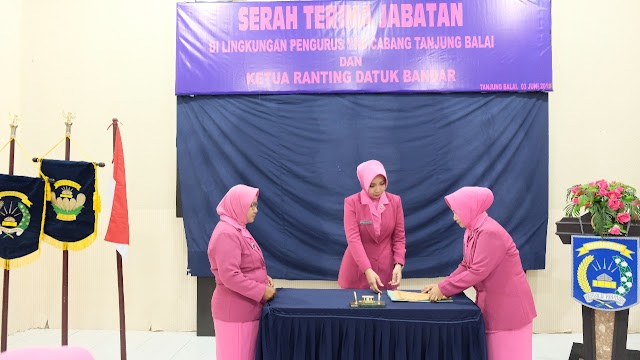 Ketua Bhayangkari Pimpin Sertijab Pengurus YKB Cabang Tanjung Balai Dan Ketua Ranting Datuk Bandar