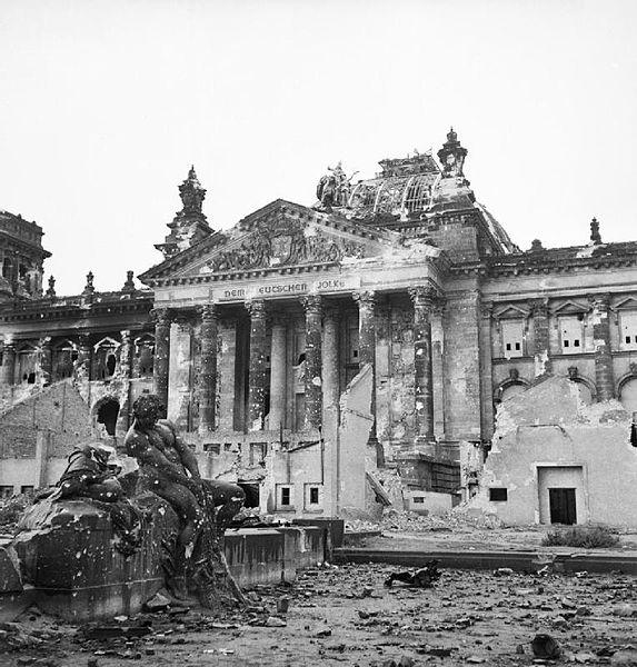 Reichtag em 1945 após chegada do exército soviético
