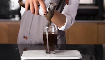 Sau thời gian ngâm cà phê để lấy vị như ý muốn, bạn dùng lớp bông lọc (hoặc vải lọc) tiến hành lọc phần bã cà phê để lấy nước cà phê thưởng thức.