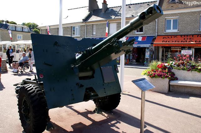 Uno dei mezzi militari lungo le vie del paese