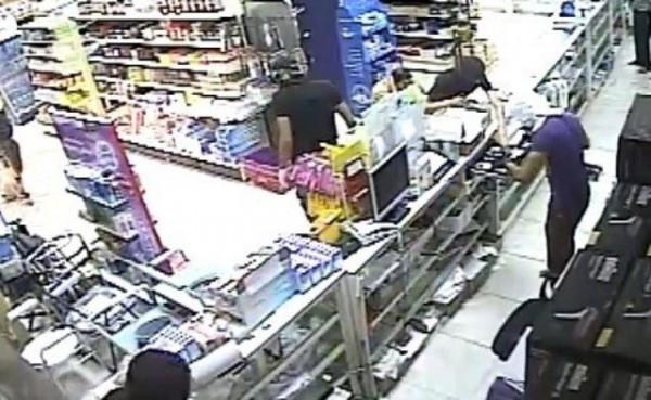 فيديو; مختل عقليا يهاجم سعوديًا بأداة حادة داخل بقالة