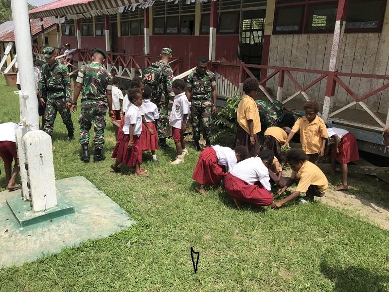 Peduli Kebersihan Satgas Raider 300 Menanamkan Kepada Generasi Penerus