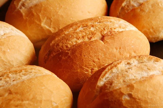 evde çıtır çıtır pişirilmiş ekmek