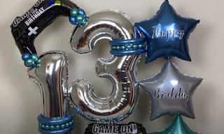 Ballondekoration zum Thema Videospiele von Jungendlichen.