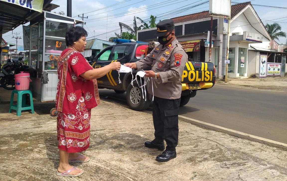 Sambil Patroli, Polsek Pengadegan Bagikan Masker untuk Warga