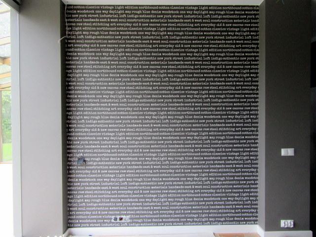tapeta w napisy, nowoczesny styl, nowoczesne wnętrza