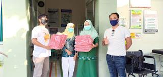 Pojok NTB Bagikan 250 Hazmat dan 1000 Masker Untuk Petugas Medis