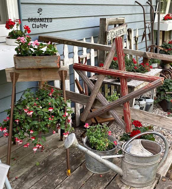 Foto de uma vinheta de jardim de lixo com um cavalete no canto do convés