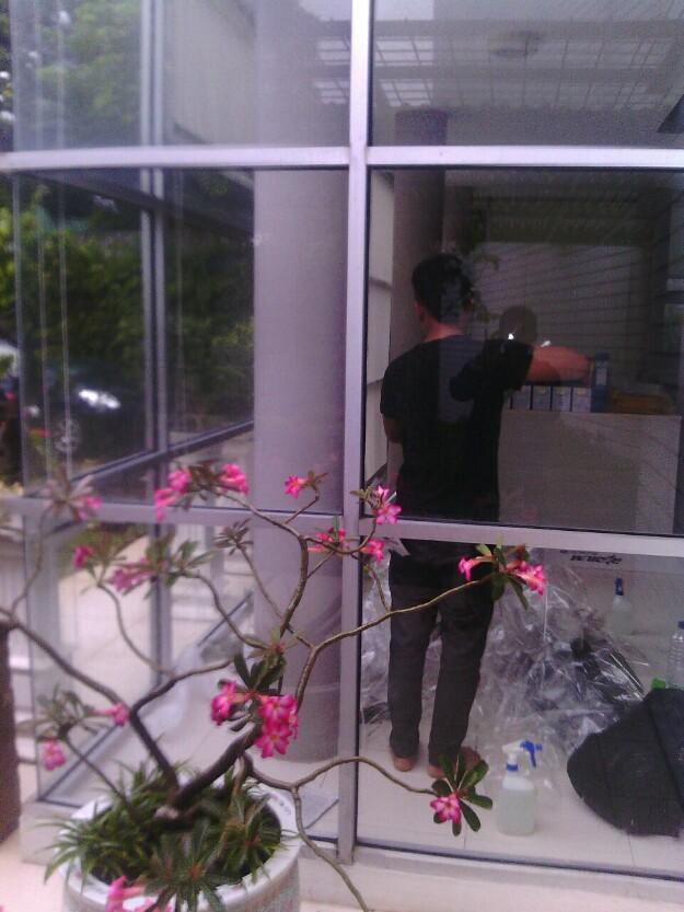 proses pemasangan kaca film gedung murah
