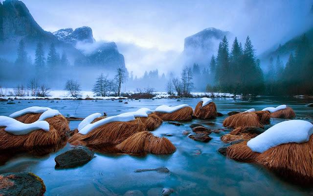 Winter landschap met rotsen en sneeuw in een meer