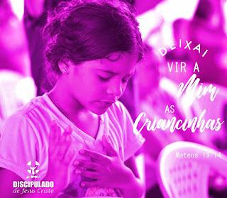 Criança em oração durante evento do Discipulado de Jesus Cristo.