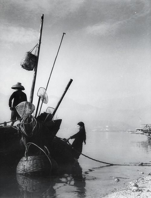 "Foto: Yau Leung - ""Fishermen's Boat"", 1960-70s.// imagenes chidas, historicas, bellas, hong kong antiguo, blanco y negro, cool pictures, vintage photos."