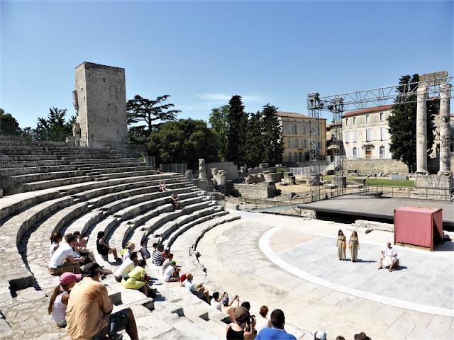 Teatro Romano de Arlés y columnas viudas