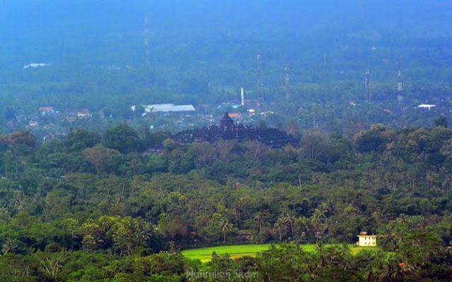 Candi Borobudur terlihat dari bukit Limasan