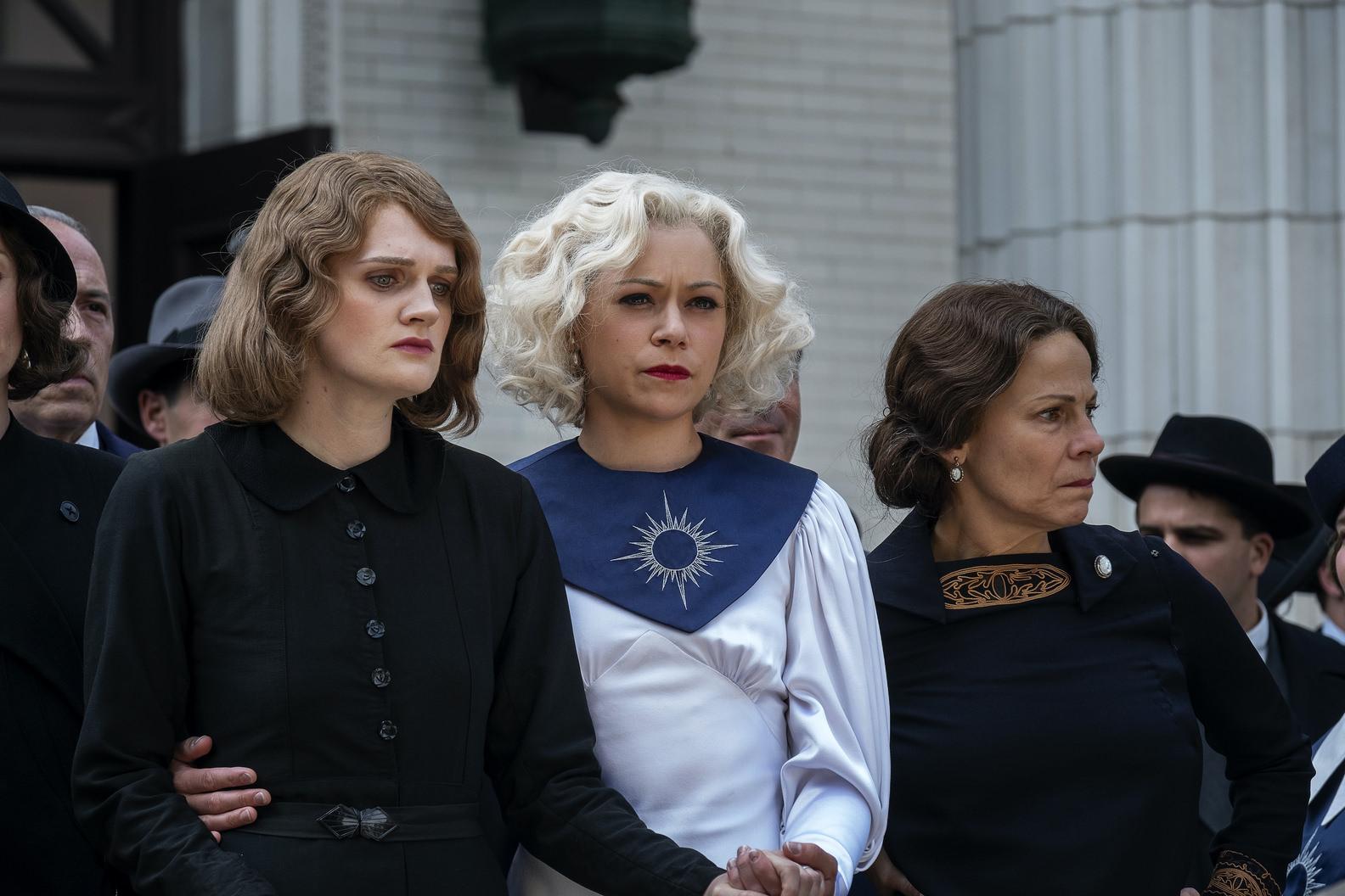 Tatiana Maslany y Gayle Ranking en un fotograma de Perry Mason, de HBO