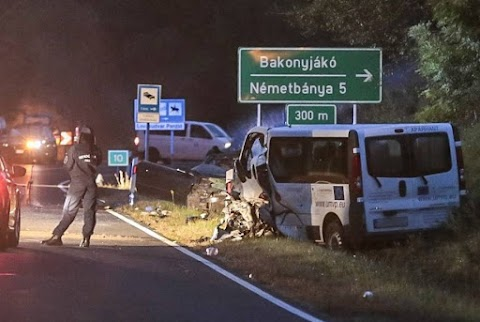 Halálos baleset: gyerekeket szállító busz ütközött egy autóval a 83-ason