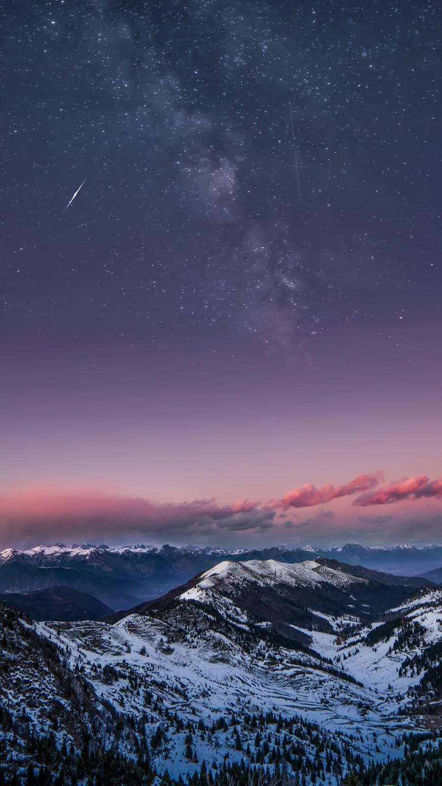 Núi tuyết giữa bầu trời đêm đầy sao tuyệt đẹp