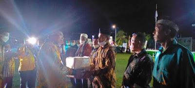 Wali Kota Bagi Ratusan Al-Quran pada Pembukaan MTQ Ke-VII Di Bumi Makara