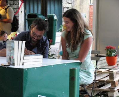 autor autografando o livro para uma senhora