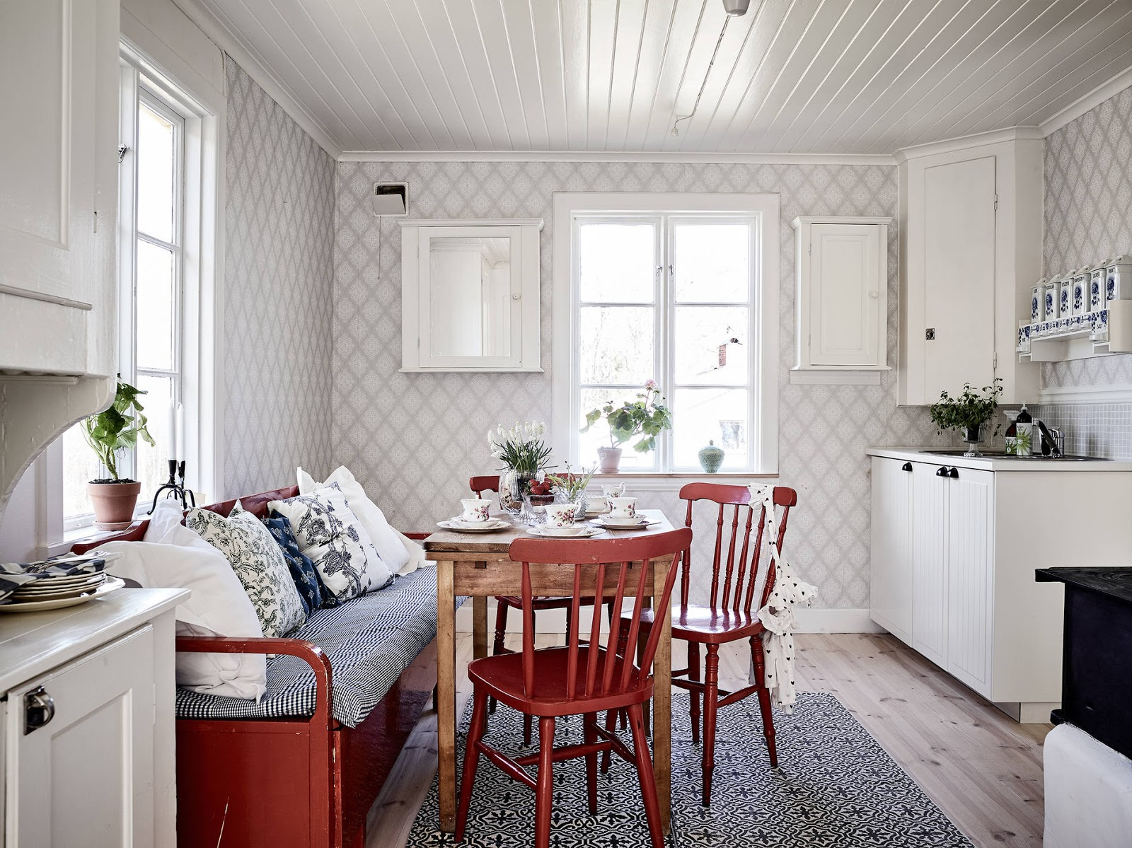 jak odnowić stary dom, ikea, krzesła vintage, czerwone krzesła