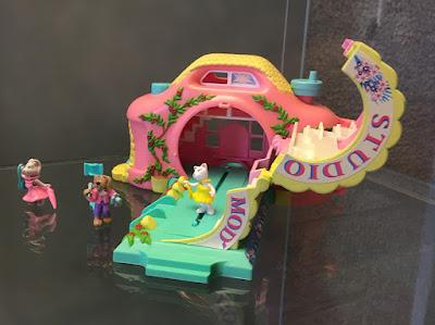 Brinquedo em formato de câmera fotografica que se transforma numa casinha de brinquedo com pequenos bichinhos fofos