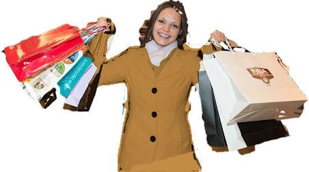 Nainen, iloisella ilmeellä molemmissa kohotetuissa käsissään useita kauppakasseja.
