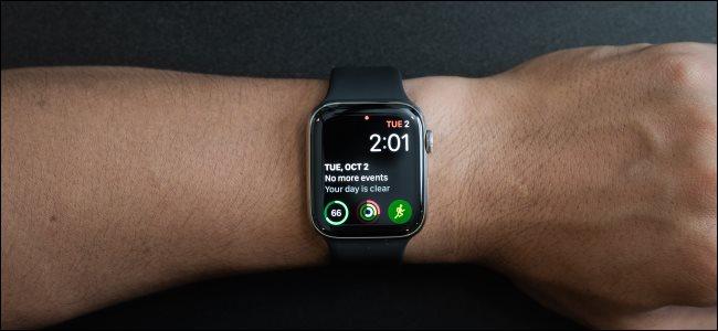 معصم شخص Apple Watch.