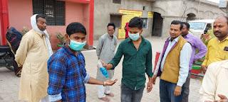 जौनपुर : चिकित्सकों संग युवा समाजसेवी अक्षत अग्रहरि ने लोगों को किया जागरूक