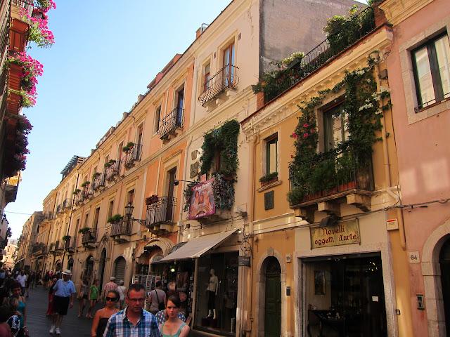 En av alla gränder i Taormina