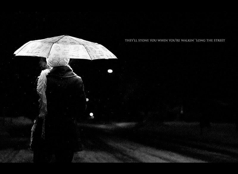 imagen blanco y negro mujer paraguas