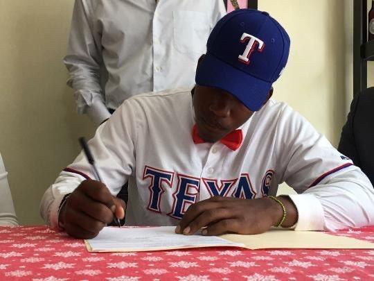 Danyer Cueva firmando contrato con Dodgers Foto: divulgada por Ben Badler, de Baseball America