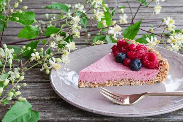 Part de tarte à la framboise décorée de fruits rouges