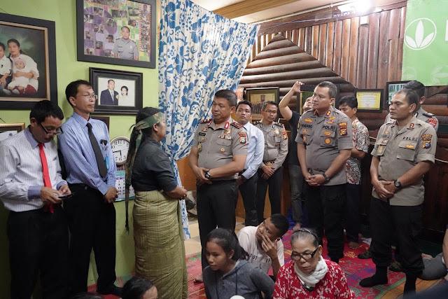 Kapolresta Pekanbaru Dampingi Kapolda Riau Melayat Ke Rumah Duka Aiptu P Siregar
