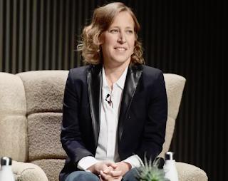 تعالج الرئيسة التنفيذية لموقع YouTube اهتمامات التجريد المستمرة لمجتمع LGBTQ