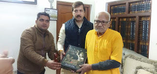 पूर्व विधायक राजदेव सिंह को डिजिटल भगवत गीता भेंट की | #NayaSaberaNetwork