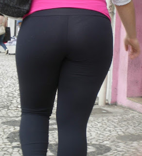 Rubia sexy cuerpo usando calzas ajustadas